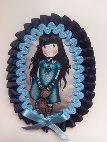 broche hecho a mano azul