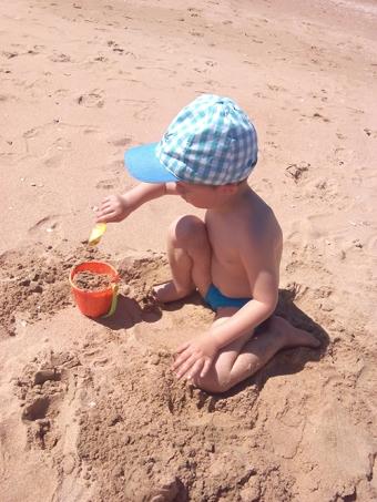 Álvaro retozando en la arena