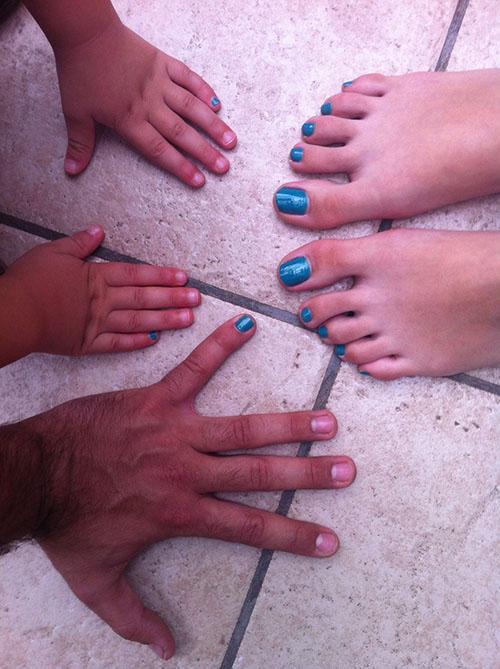 tíos y sobrino con las uñas pintadas