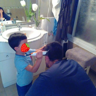 cortando el pelo al tío