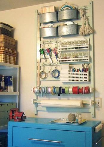 foto, cuna reciclada como estantería de costura