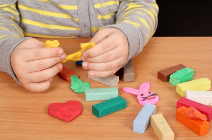 imagen niño jugando con plastilina