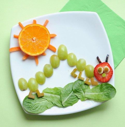 Foto de cocina creativa. Gusano hecho de uvas