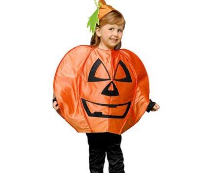Niña disfrazada de calabaza para Halloween