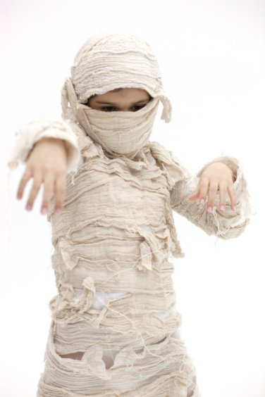 Imagen de un niño disfrazado de momia