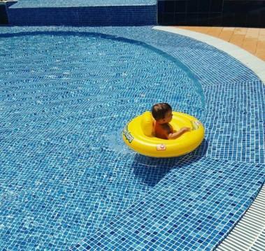 Imagen de bebé en piscina